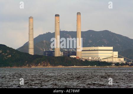 Hong Kong Kohle angetriebene elektrische Anlage mit drei riesigen Schornsteine, Lamma, Hong Kong, SAR, China - Stockfoto