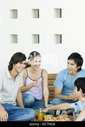 Gruppe von jungen Erwachsenen Freunden teilen Mahlzeit - Stockfoto