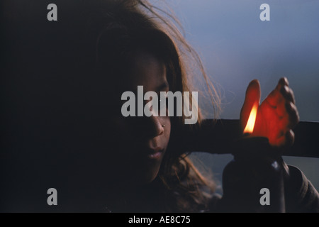 Junge Napalese Mädchen Beleuchtung Kerze im Himalaya Hütte - Stockfoto
