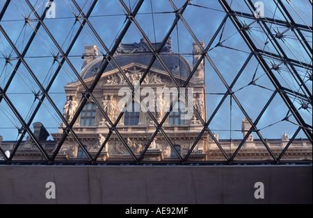 Gläserne Decke: Blick auf den Pavillon Richelieu durch die Pyramide vor dem Louvre Museum Komplex, Paris, Frankreich - Stockfoto
