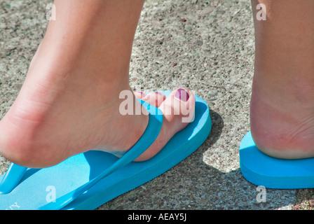 Junge Frau mit hellen Bule Flip flops - Stockfoto
