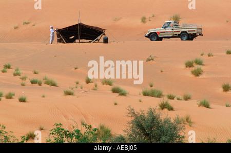 Mann mit Zelt Behausung in Al Ain Abu Dhabi - Stockfoto