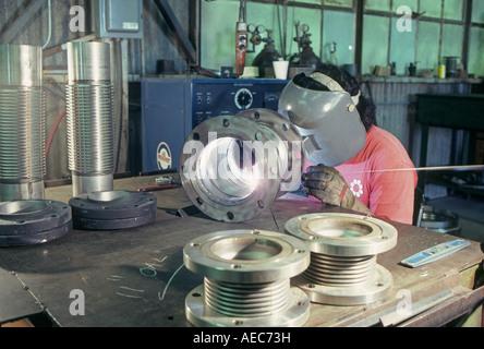 Union mit einem Schweißgerät Schweißer Schweißnähte Rohre in zusammen in einem Geschäft in Little Rock Arkansas - Stockfoto