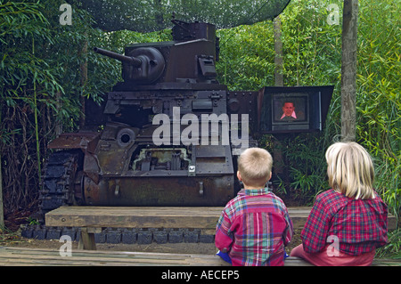 Kinder am M3 Stuart Lattimore Tank im Museum des Pazifikkriegs (alte Ausstattung) in Fredericksburg, Texas, USA - Stockfoto