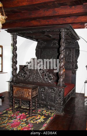 antike m bel in einem raum im schloss bran kleie in der n he von brasov siebenb rgen. Black Bedroom Furniture Sets. Home Design Ideas