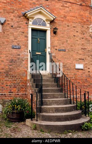 UK Wales Powys Montgomery Arthur Street hoch Schritte zur alten Läden Haus Haustür als Präventionsmaßnahme Flut - Stockfoto