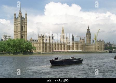 Die Houses of Parliament, Westminster am Ufer der Themse in London - Stockfoto
