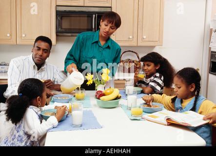 Familie zusammen am Frühstückstisch sitzen - Stockfoto