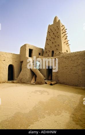 Mali Timbuktu, Mann zu Fuß in der Djingareiber Moschee, 14. Jahrhundert, älteste Moschee in Mali - Stockfoto