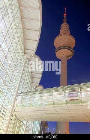 Hallen der neuen Messe Hamburg und TV Turm bei Nacht, Hamburg, Deutschland - Stockfoto