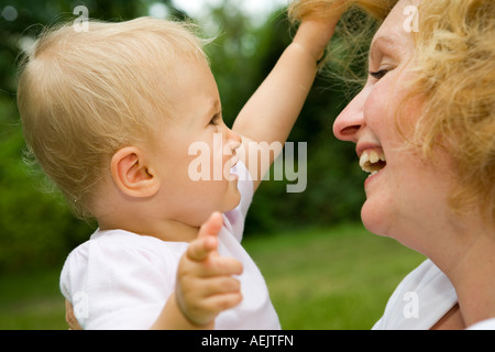 Eine junge Frau und ihrem 10 Monate alten Babymädchen - Stockfoto