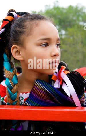 """Mädchen junge Chicana Alter 7 sitzen auf Schwimmer warten auf Parade zu starten. Cinco De Mayo Fiesta. """"St. Paul"""" - Stockfoto"""