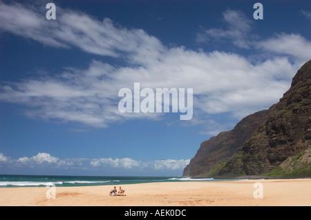 Polihale Beach Park mit Blick auf die Na Pali Coast mit paar in Strand Stühle Kauai Hawaii - Stockfoto