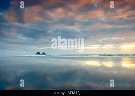 Ebbe-Reflexion mit Sonnenuntergang und Bogen Rockaway Beach-Oregon - Stockfoto