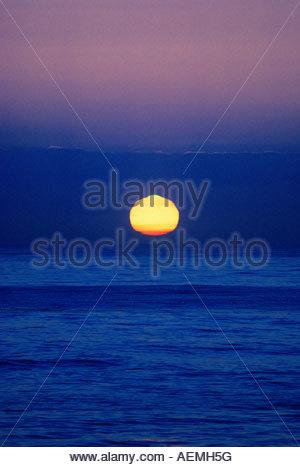 Sonnenuntergang über dem Pazifischen Ozean mit dem grünen Blitz ist eine Art atmosphärisches Phänomen macht einen - Stockfoto