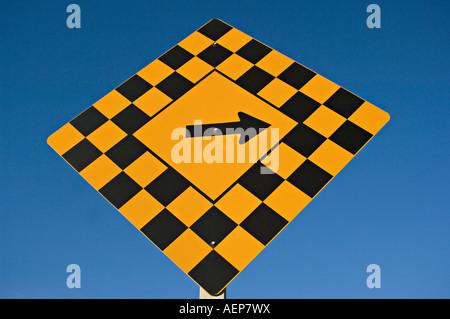 A Autobahn Hinweisschild auf einen blauen Himmelshintergrund. - Stockfoto