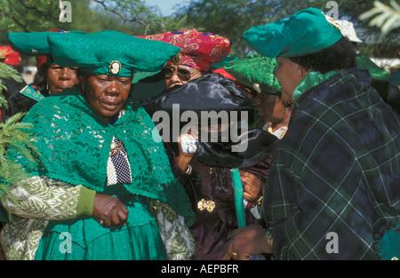 Namibia Okahandja, Frauen der Herero-Stammes in traditioneller Kleidung versammelten sich im jährlichen Prozession - Stockfoto