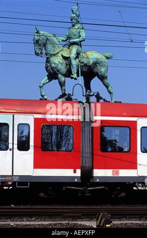 Deutsche Bahn S-Bahn lokalen Personenverkehr Ankunft in Köln, Nordrhein-Westfalen, Deutschland. - Stockfoto