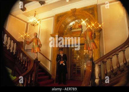 Portier am Eingang der Firma Fortnum Mason ltd Stadt London England große Großbritannien nur zur redaktionellen - Stockfoto