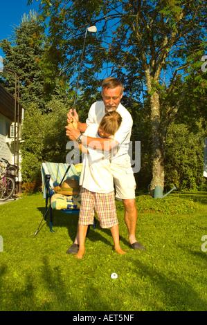 Großvater seiner Enkelin gold in Finnland EU - Stockfoto