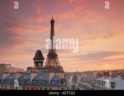 Eiffelturm Paris Skyline Apartments bei Sonnenuntergang - Stockfoto