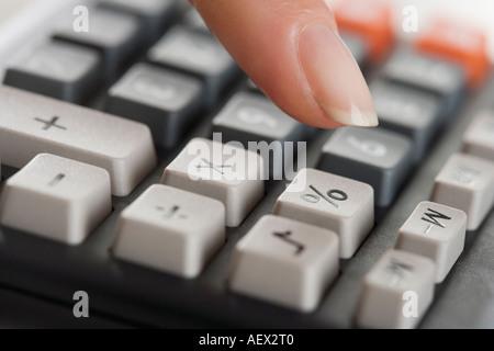 Frau mit einem Taschenrechner - Stockfoto