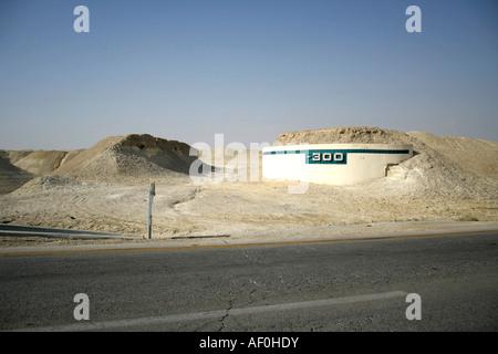 300m Höhe Mark auf der Straße führt zu der Region des Toten Meeres - Stockfoto