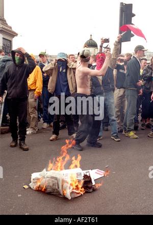 Demonstranten setzen Licht auf Verkehrsinseln und Müll während der Unruhen von Mayday 2000 in Trafalgar Square in - Stockfoto