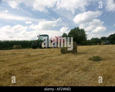 Heuballen Sie Pressen und die britische Landschaft - Stockfoto