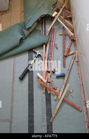 DIY Aufnahme alten Teppich und Latten Unterlage mit Hammer und Werkzeuge - Stockfoto