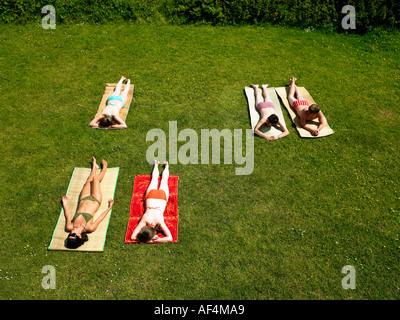 Junge Menschen, die in einem Garten zum Sonnenbaden - Stockfoto