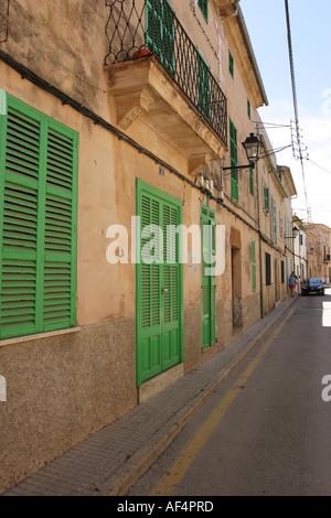 Häuser und eine Gasse in der Altstadt von Alcudia Mallorca Spanien - Stockfoto