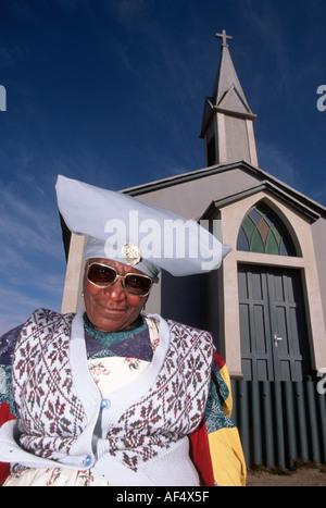 Herero-Frau in Mondesa Township von Walvis Bay Namibia stehen neben einer Verständigungsgespräche Kirche - Stockfoto