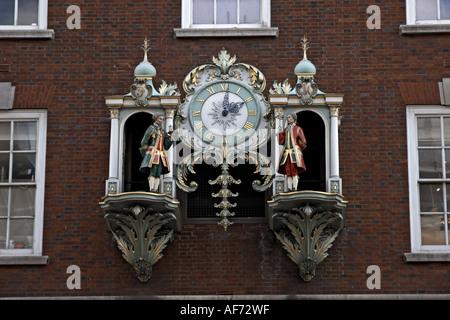 Fortnum and Mason Essen und Kaufhaus historische Uhr mit Figuren, die auf Piccadilly London SW1 England - Stockfoto
