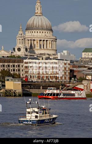 City of London und St. Paul s Cathedral über Themse mit Polizei Boot von South Bank London EG4 England - Stockfoto