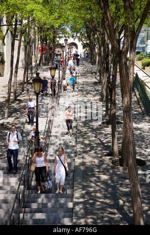 Frankreich-Ile de France Paris Montmartre Menschen auf Bäumen gesäumten Schritte der Rue Foyatier neben Seilbahn - Stockfoto