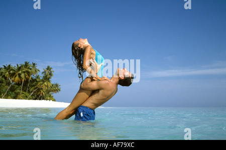Malediven. Junges Paar in Bademode Baden aus tropischen Insel Strand. - Stockfoto