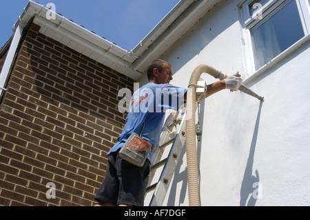 Installation von Raumwandisolierung in modernen Haus im Devon England - Stockfoto