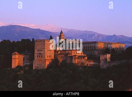 Alhambra-Palast bei Sonnenuntergang Granada Sierra Nevada im Hintergrund Andalusien Spanien - Stockfoto