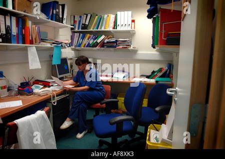 ein voll NHS Krankenhaus Büro gefüllt mit Papierkram und Bürokratie zur Veranschaulichung - Stockfoto