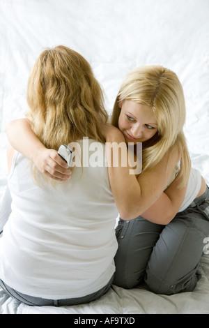Eine Mutter und Tochter umarmt - Stockfoto