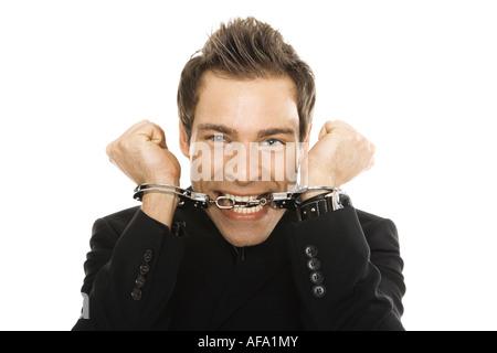 Junger Mann mit Handschellen, close-up - Stockfoto