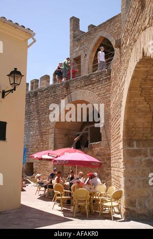 Touristen, die draußen sitzen in einem Café in der alten Stadt von Alcudia Mallorca-Spanien - Stockfoto