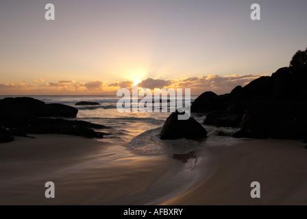 Wellen Waschen um Felsen bei Dawn kleine Bucht an der Gold Coast Australien - Stockfoto