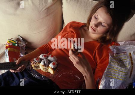 Frau Binge eating-vor dem Fernseher - Stockfoto