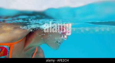 Eine junge sportliche Frau schwimmt Freestyle in einem Sportbecken - Stockfoto