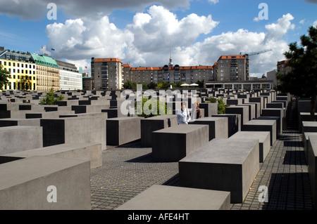 Jüdische Holocaust Memoria Sicht des rechteckigen grauen Steinen Denkmals Eberstrasse Architekt Peter Eisenman Berlin - Stockfoto