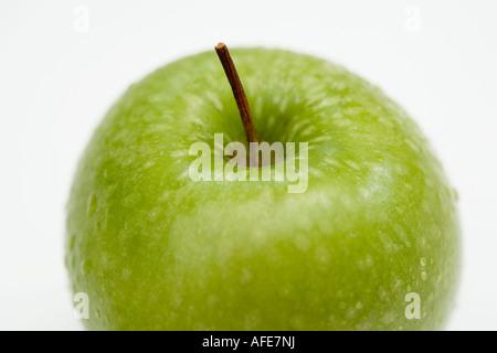 Ein grüner Apfel schoss Aginst einen weißen Hintergrund - Stockfoto