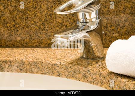 Nahaufnahme von einem luxuriösen Badezimmer Waschbecken mit flauschigen Handtücher auf einem Granit-Zähler - Stockfoto