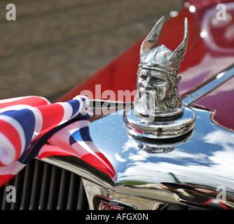 Wikinger-Kopf-Symbol der Rover Autofirma auf einem roten Klassiker mit reflektierten Anschluß-Markierungsfahne in - Stockfoto